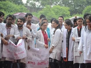 AIIMS Bhopal medicos throw ink on Nadda, protest against lack of facilities