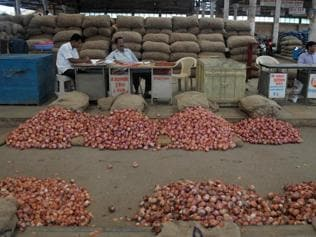 Wholesalers at APMC markets across Maharshtra booked for flouting norms
