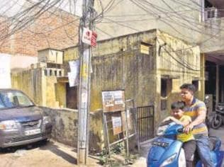 Cops find 90-year-old south Delhi man living with wife's decomposing corpse