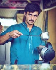 Twitter can't get enough of this blue-eyed Pakistani Chaiwala