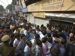Weekend rush for cash jolts banks, ATMs; families out on streets together