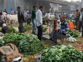 Retailers and vendors refuse old notes: Small traders caught in the middle