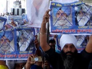 AAP workers protest against Phoolka, Kang at Kejriwal's Moga rally