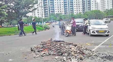In Pune S Bustling It Park Villagers Hold Cremations On The Road Pune News Hindustan Times