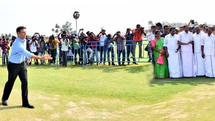 स्टेडियम के उद्घाटन पर गेंदबाजी करते राहुल द्रविड़ | Twitter