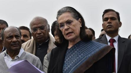 'Centre, AAP govt mute spectators': Sonia Gandhi meets President over Delhi violence