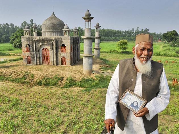 Faizul Hasan Qadri standing in front of the replica of Taj Mahal built by him for his wife who died of throat cancer. Qadri died in a road accident on Thursday(HT File Photo)