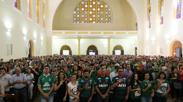 Fans of Chapecoense soccer team attend a mass at the Santo Antonio Cathedral in Chapeco, Brazil.(Reuters)