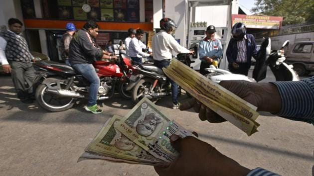 The government has decided to withdraw the facility for use of old Rs 500 notes at airports and petrol pumps from midnight of December 2.(Arun Sharma/HT Photo)