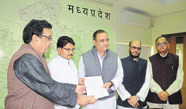 Deputy Leader of Opposition in the state assembly, Bala Bachchan (2nd from left), hands over the Ujjain Simhastha fact-finding report to state Congress president Arun Yadav in Bhopal on Sunday.(Mujeeb Faruqui/HT photo)