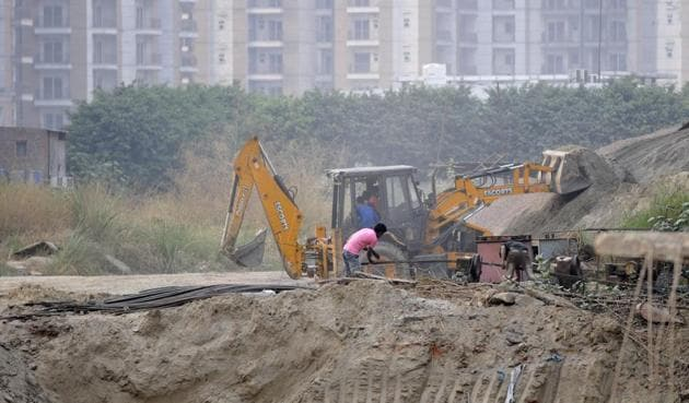 In Delhi, around 4,000 tonnes of construction waste is generated every day.(HT Photo)