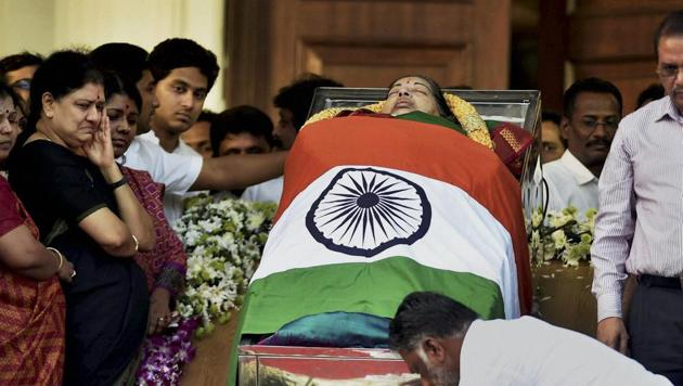 Tamil Nadu chief minister O Pannerselvam pays his last respects to former chief minister J Jayalalithaa at Rajaji Hall in Chennai on Tuesday.(PTI)