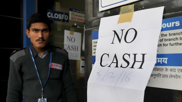 A security guard stands outside an ATM displaying 'no cash' notice, in Gurgaon.(Parveen Kumar/HT Photo)