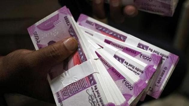 Rs 90 crore in cash and 100 kg gold was recovered in income tax raids on Tamil Nadu contractors.(HT Photo)