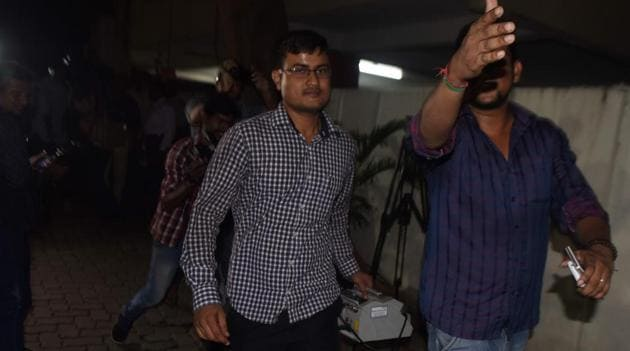 Bank officials reach industrialist S Reddy's house with a currency counting machine in Chennai on Thursday.(AFP photo)