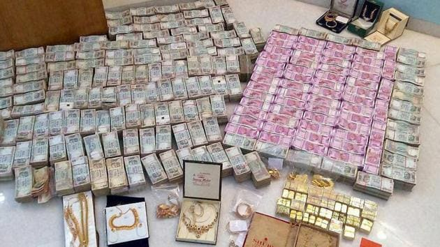 I-T department seized Rs 5.7 crore cash in new notes, 32kg bullion and jewellery and Rs 90 lakh old notes in Karnataka's Chitradurga district.(PTI Photo)