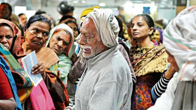 This photo of an old man crying after missing his spot at the State Bank of India, New Colony branch, in Gurgaon, went viral on Twitter.(Parveen Kumar/HT)