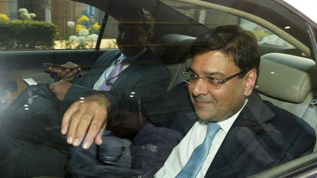 RBI governor Urjit Patel (R) gestures as he sits in a vehicle after a meeting with West Bengal CM Mamata Banerjee, in Kolkata on Thursday.(AFP)