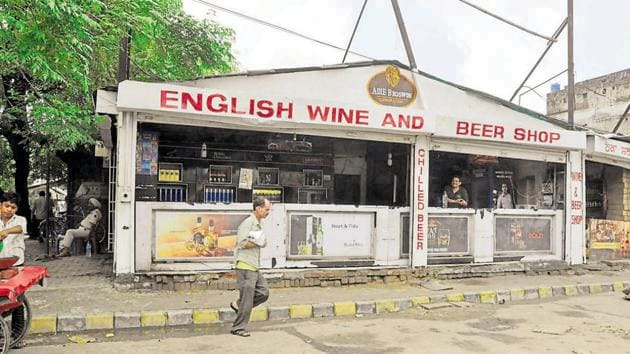 A three-judge bench headed by Chief Justice TS Thakur also ordered removal of all signboards of alcohol vends along highways.(Sikander Singh Chopra/HT File Photo)
