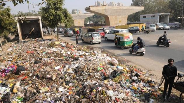 Garbage at Sector 27-28 main road near District hospital in Noida on December 16, 2016.(Burhaan Kinu/HT Photo)