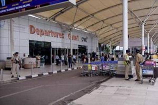 Some domestic airlines have come up with small measures to budget time as choked metro airports such as Mumbai are struggling to cut down long airport waits.(HT)
