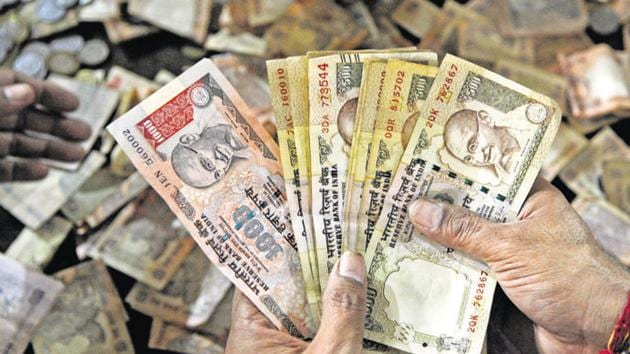 On December 1, the Enforcement Directorate raided multiple hawala operators across the country involved in illegal conversion of old currency notes of Rs 500 and Rs 1,000 to valid legal tender since demonetisation on November 8.(Sunil Ghosh/HT File Photo)