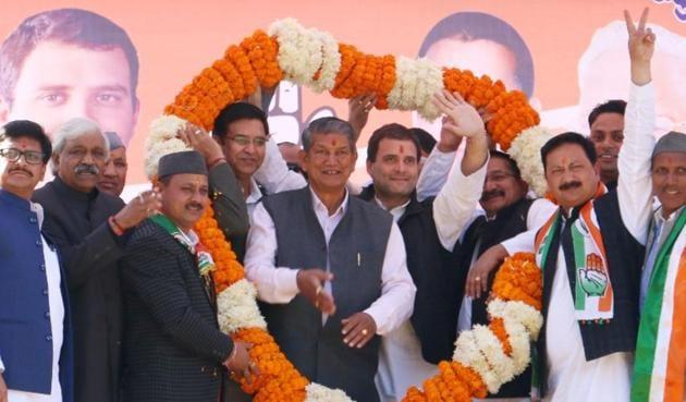 Congress national vice-president Rahul Gandhi with Uttarakhand chief minister Harish Rawat at a rally in Almora on Friday.(Rajeev Kala/HT Photo)