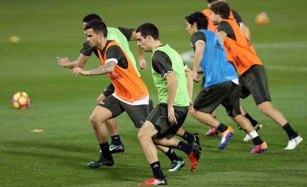 AC Milan's players attend a training session ahead of their Supercoppa Italiana match against Juventus.(AFP)