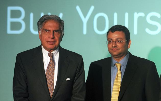 Ratan Tata (L) and Cyrus Mistry pose during a function in Mumbai.(AFP)