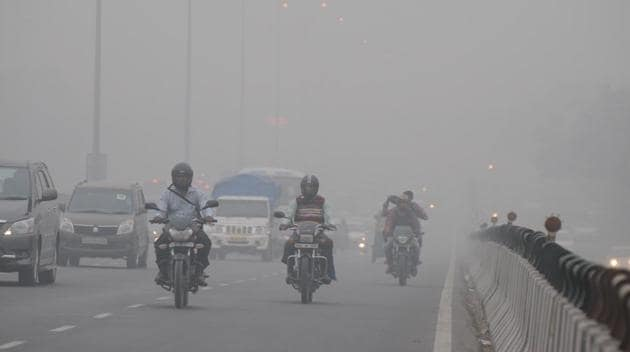 Visibility in the city was around 200 metres. Traffic moved slowly due to fog on Friday.(Parveen Kumar/HT Photo)