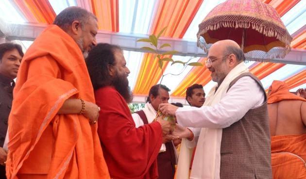 Parmarth Niketan's Chidanand Muni presents a sapling to BJP national president Amit Shah during a function to inaugurate Kailash Hospital in Dehradun on Friday.(Vinay Santosh Kumar/HT Photo)