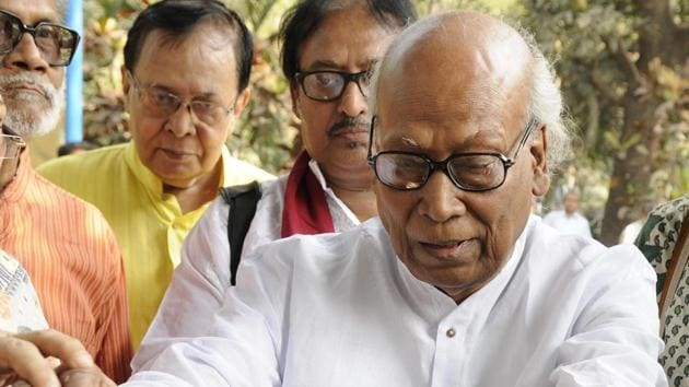 A prolific poet, critic and academician, Shankha Ghosh is an authority on Nobel Laureate Rabindranath Tagore.(HT File Photo)