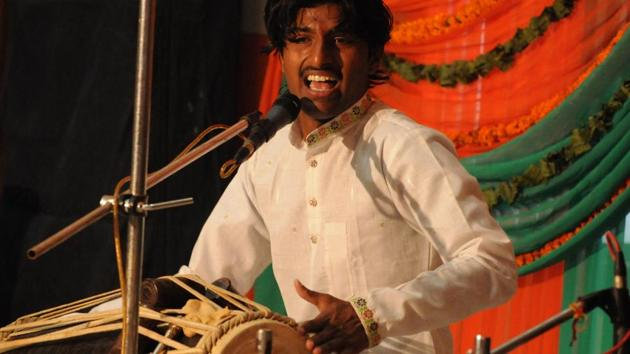 A young artiste performing at the Harivallabh Sangeet Sammelan in Jalandhar on Thursday.(Pardeep Pandit/HT photo)
