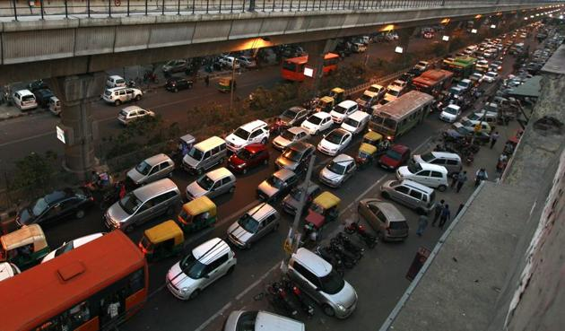 The resident bodies and traders associations feel that the government's suggestion to provide proof of available parking space for registration of a new vehicle may help in reducing the parking chaos.(Raj K Raj/HT File)
