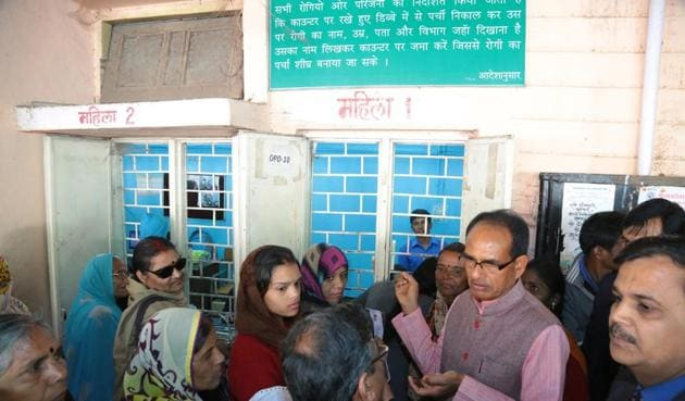 Chief minister Shivraj Singh Chouhan inspects the registration process at Hamidia hospital in Bhopal on Friday.(HT photo)