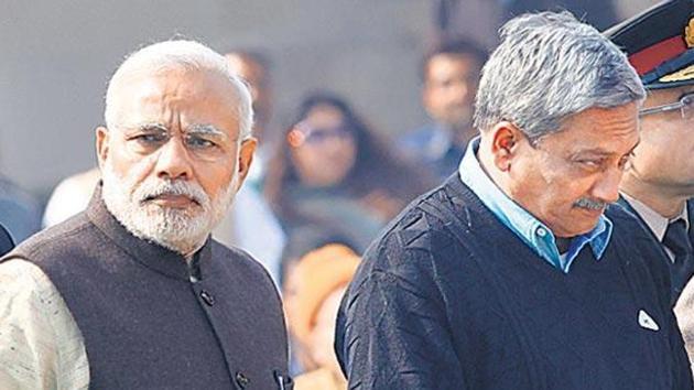 PM Modi with defence minister Manohar Parrikar.(Arvind Yadav/HT File Photo)