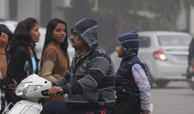 The maximum temperature dipped by around 10 degrees Celsius, to around 15.4 degrees Celsius.(Parveen Kumar/HT Photo)