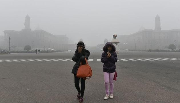 Delhi residents woke up to a cold, dreary Christmas morning as visibility dipped due to dense fog and air quality fell to the 'severe' category.(Arvind Yadav / Hindustan Times)