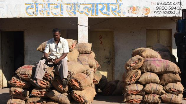 Bharat, a farmer from Akole district could find no buyers for carrots in the Sangamner market as the prices of farm produce came crashing down after demonetization.(Anshuman Poyrekar/HT Photo)