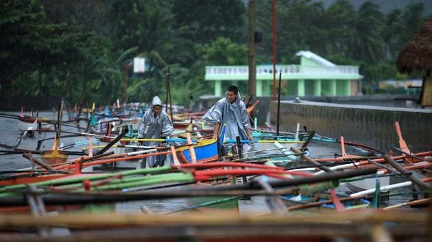 Fishermen secure their boats in the bay of Santo Domingo, Albay province as typhoon Nock-Ten approached.(AFP Photo)