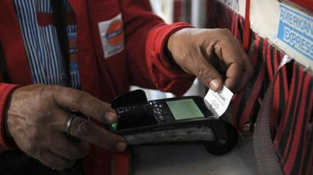 Noida, India - December 13, 2016: Vehicle owners use credit/debit card for payment of petrol after union government announced 0.75% discount on digital transactions over public petrol pumps, in Noida, India, on Tuesday, December 13, 2016. (Photo by Sunil Ghosh / Hindustan Times)