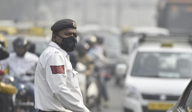 The concentration of the dangerous fine particles was very high in Delhi's air on Sunday. Experts advised people, specially those with respiratory diseases, to remain indoors.(Raj K Raj/HT Photo)