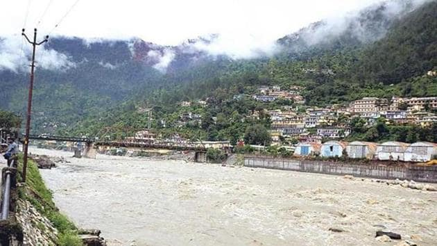 The Uttarakhand government has been seeking changes in eco-rules. The environment ministry agreed to diluting them, evoking a strong response from Water Resources secretary Shashi Shekhar.(HT FILE PHOTO)