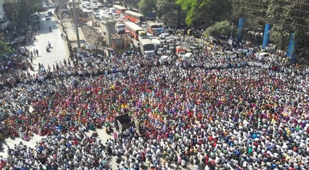 The protestors blocked all the four roads at Kalwa Naka, bringing the traffic to a grinding halt.(HT Photo)