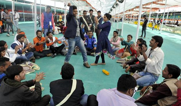 Students who came to attend ABVP convocation relax and enjoy on Sunday.(Arun Mondhe / HT photo)