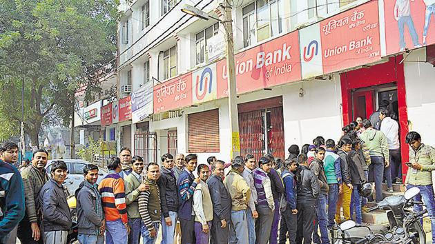 Ever since demonetization, the queues outside banks and ATMs have refused to clear up due to cash crunch.(HT file)