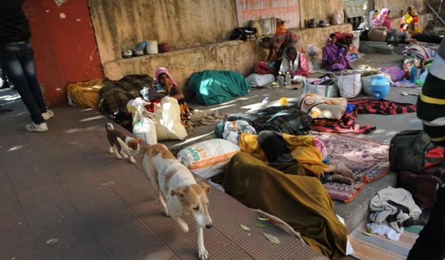 People take rest at the shed on hospital premises. The chief minister has cancelled the tender of the agency appointed for cleaning hospital premises.(Praveen Bajpai/HT photo)