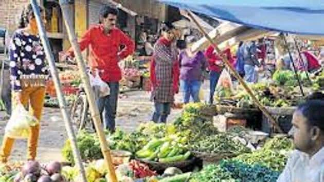 Vendors Association and ministers warn that cash crunch has hit farming in Bengal and supply to markets may come down, forcing prices of vegetables to rise in the coming months.(HT Photo)