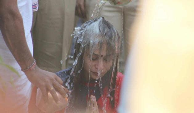 Indrani Mukerjea performs final rites on her father at Brahman Seva Samiti hall in Mulund on Tuesday.(Praful Gangurde)