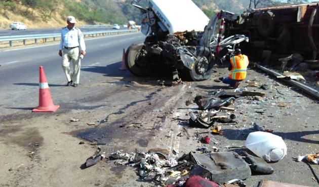 A traffic cops inspects the mangled remains of the vehicles involved in the crash.(Bachchan Kumar)